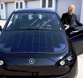 Carro elétrico movido a energia solar se recarrega enquanto anda