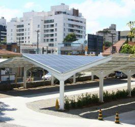 Restaurante economiza 70 mil reais de energia com estacionamento solar