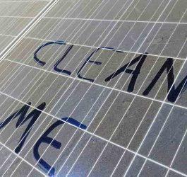 É preciso limpar o painel solar?