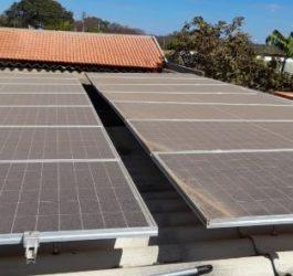 Após limpeza das placas solares, geração pode aumentar até 35%